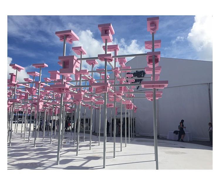 1 L'entrata di Design Miami disegnata dagli studenti della Harvard Graduate School of Design.